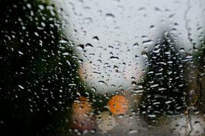 窓に雨の画像