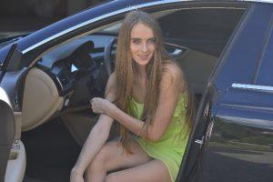 車に乗る画像